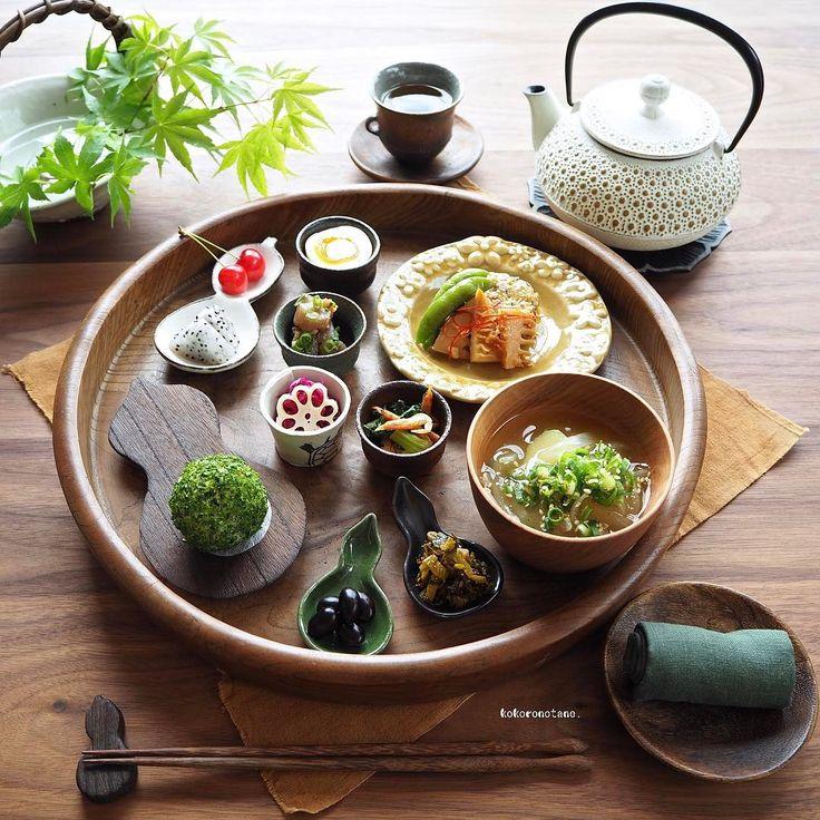 ❁.*⋆✧°.*⋆✧❁ Today's lunch. ・ 今日の寄せて集めてお昼ごはん。 おにぎりが苔玉に見えてしょうがないよ● ・ お品書き(作り置きおかずから) 1.春キャベツとニラのハンバーグ 2.ちぎりこんにゃくのピリ辛わさびソテー 3.小松菜と桜えびのソテー 4.たけのこの麺つゆソテーおかか和え 5.スナップえんどうのハーブ焼き 6.黒豆のさっぱり煮 7.味玉(麺つゆソース) 8.めんたい辛子高菜(いただきもの) 9.紫キャベツのマリネ 10.れんこんと人参と大根の甘酢漬け 11.ドラゴンフルーツのはちみつ和え+さくらんぼ 12.じゃが芋と玉ねぎのお味噌汁 13.あおさおにぎり ・ 2.3.5.7.9.10.は著書「のほほん曲げわっぱ弁当」にレシピ掲載しています。 -------------✏︎ その他のpicや詳細はLINEブログにも掲載中。 宜しければプロフィールのリンクからどうぞ--✈︎ ・ #瓢箪のある暮らし #こころのたねゴハン ❁.*⋆✧°.*⋆✧°.*⋆✧°❁