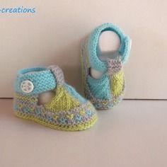 Chaussons bébé tricotés en laine layette, bouton fimo fait main, 0/3 mois.turquoise, gris et anis