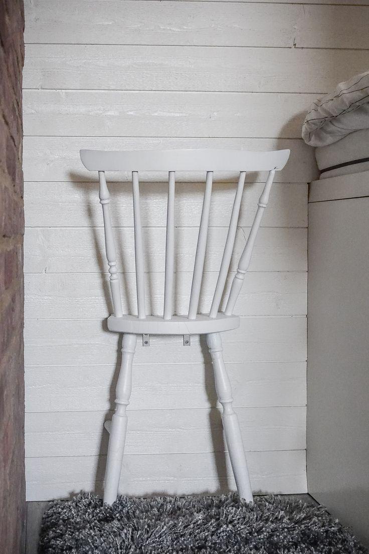 halv stol kan nu användas som klädhängare eller tidningsförvaring!