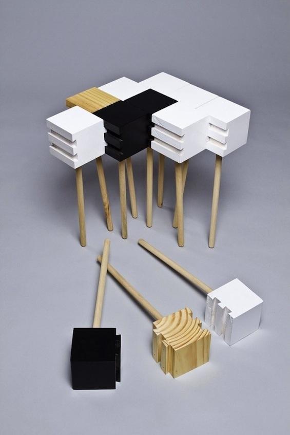 // The Endless Table de Wenchuman. Plusieurs pièces rainurées qui s'emboites les une aux autres pour crée une table.