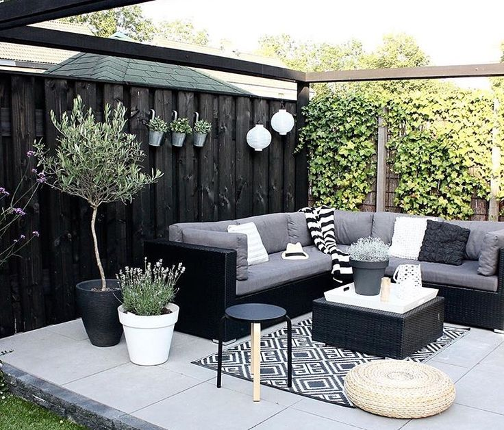 Summer style!! Black and white outdoor deck, veranda terrace!