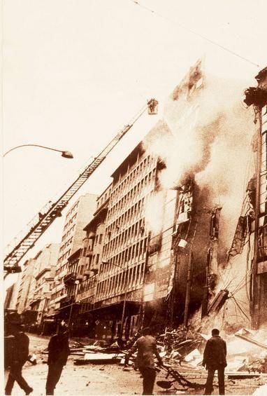 1981/06/03. Το '' ΑΤΕΝΕ '' στις φλόγες. Την ίδια μέρα έκαψαν τον ''ΚΛΑΟΥΔΑΤΟ '' στη Πλατεία Κοτζιά. Στις 04/07/1981 ακολούθησε ο '' ΔΡΑΓΩΝΑΣ ''στην οδό Αιόλου και στις 07/07/1981 το κατάστημα '' Αφοί Λαμπρόπουλοι '' στο Πειραιά.