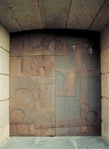 1954, Eduardo Chillida (San Sebastián, España 1924-2002): Puertas del Santuario de Arantzazu, Gipuzkoa. (foto: © Antton Elizegi)
