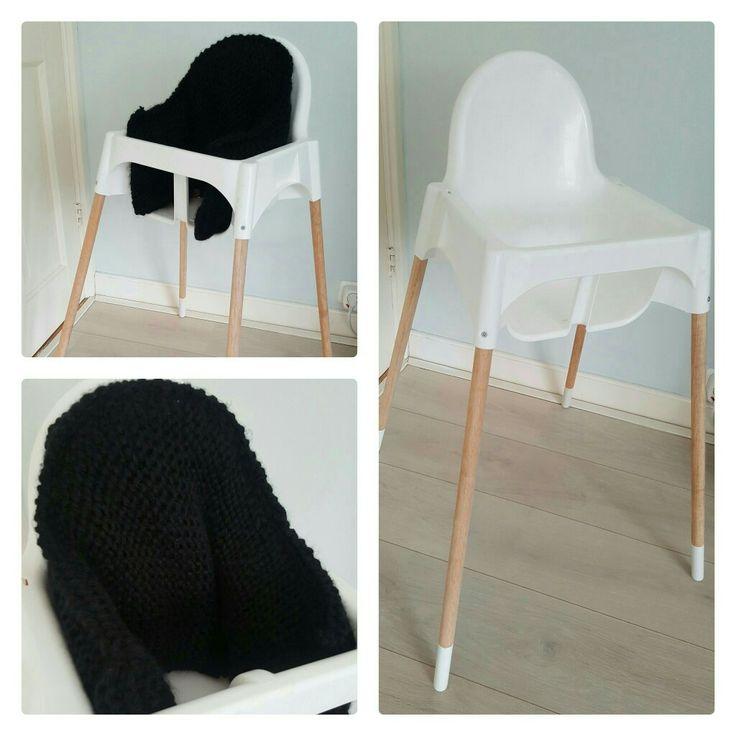 Ikea Kinderstoel. Kuipje van de ikea stoel met bezemstelen als poten, onderkant wit geverfd en een grofgebreide stoelverkleiner erin