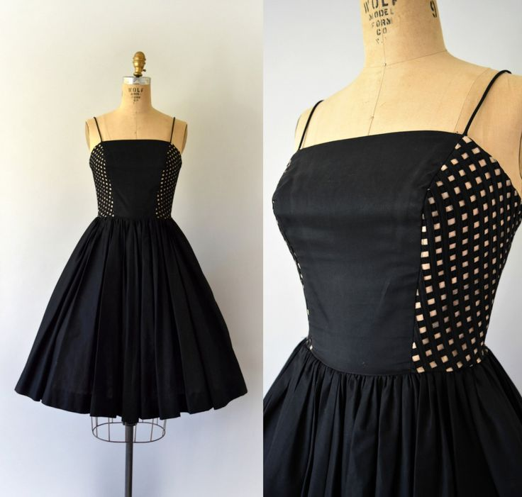 DEZE JURK IS VOORBEHOUDEN--NIET KOPEN!    Schattig vintage jaren 1950 Elaine Terry jurk, zwart katoen lichaam, ingerichte bovenlijfje met unieke bekleed peek-a-boo lattice zijden, voorzien van taille, volledige cirkel rok met verborgen zakken, verborgen terug metalen ritssluiting.  ---M E EEN S U R E M E N T S---  Pasvorm/maat: XS  Bust: 32-inch Taille: 24 Heupen: gratis Lengte: 40  Maker/merk: Elaine Terry Staat: uitstekend  - - - - - - - - - - - - - - - - - - - - - - - - - -  Ins...