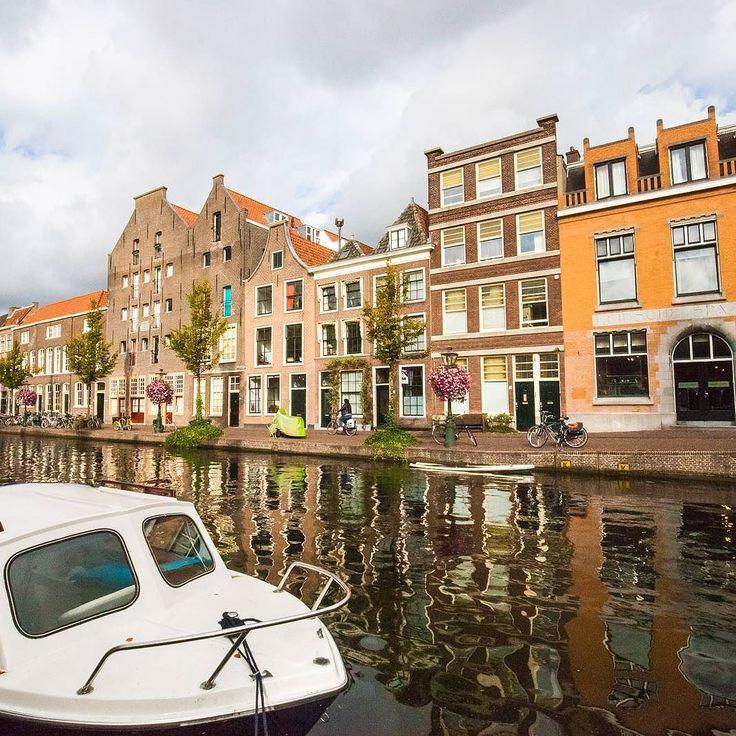 Em 30 minutos em Leiden deu pra fazer dezenas de boas imagens. Essa foi uma das mais marcantes. A cidade fica bem perto de Amsterdã e é um ótimo e surpreendente refúgio pra quem cansar da agitação da cidade capital da Holanda. Dica do mestre amigo @umaseattle  #holanda #netherlands #leiden #europe #cityphotography #holanda #boat #architecture #arquitetura