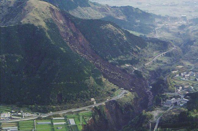 熊本県南阿蘇村で発生した土砂崩れ[防衛省提…:熊本県で震度7の地震 写真特集:時事ドットコム