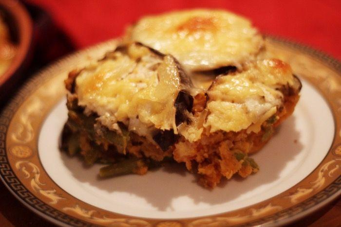 Ovenschotel met rode linzen, wortel, bonen, aubergine, zoete aardappel