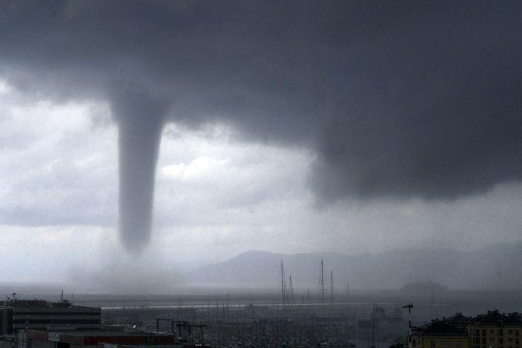 Angin puting beliung (tornado) tampak mendekati kota Genoa, Italia utara.