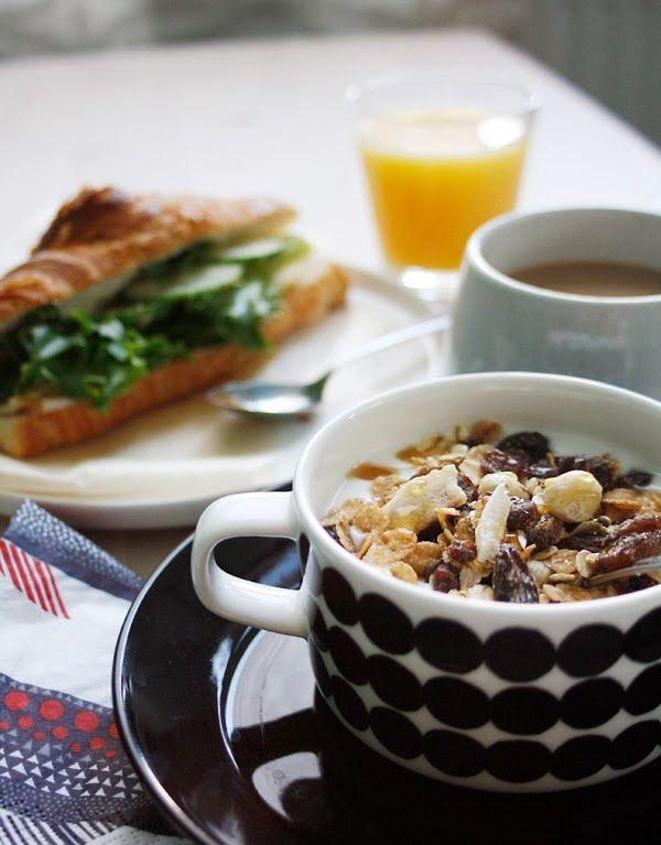 Breakfast. Ihana aamupala, croisanttia, mysliä, jugurttia, tuoremehua ja kahvia.