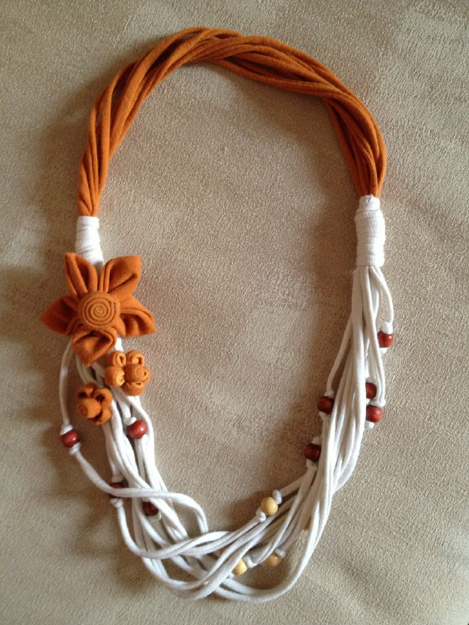 Collana Fettuccia. Fabric flowers, knots and beads. Good proportions. Yum!