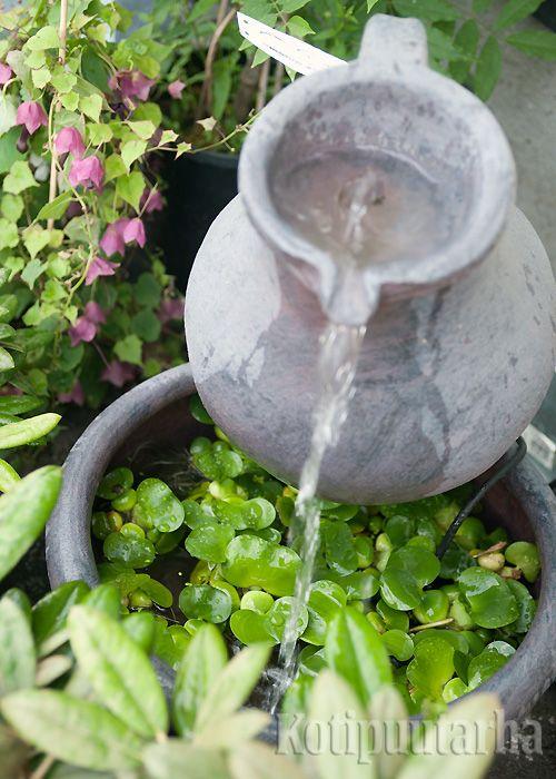 Perinteinen ruukku vesiaiheena, mutta kiinnostavana lisänä vesikasvit altaassa! www.kotipuutarha.fi