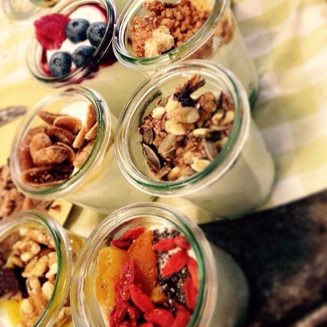 EET TIP: Weekend, of gewoon zin in wat lekkers? Bezoek dan eens Yoghurt Barn in de Amsterdamse Pijp. Probeer hier verschillende 'hangop dips', kleine yoghurt specials, oerbrood en verschillende smoothies. Kortom, wat genieten hier! Ennuh... nog gezond ook ;-)