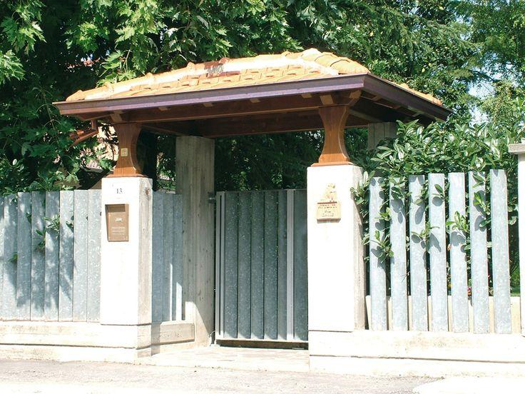Copri cancello a quattro falde, linea Classica, profondità cm 170. Struttura sostenuta da colonne sagomate, soffitto in legno perlinato, canali di gronda in rame, guaina catramata, copertura in tegole di laterizio.