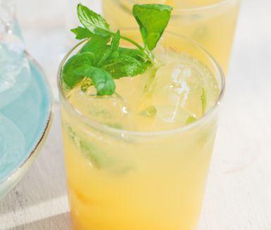 Ett fruktigt alkoholfritt drinkrecept på Orange lady som du enkelt blandar ihop med lime, sirap, krossad is, apelsinjuice, mynta och mineralvatten. Drinken är söt och god och svalkar perfekt varma dagar.