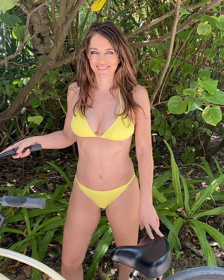 Yummy Mummy Damian S Father Is American Business Man And Film Producer Steve Bing With Whom Elizabeth Had A Brief Elizabeth Hurley Hurley Dress Damian Hurley