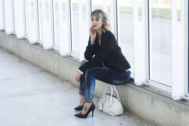 Lookbook automne/hiver 2015 - Zonedachat  Sac élégant blanc - Blazer noir - Chemisier fluide col blanc - Jean slim bleu - Escarpins pointu noir