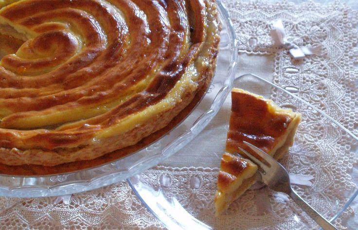 Un'altra ricetta di Montersino, una crostata con composta di frutta e una copertura fatta mischiando crema pasticcera e pasta per bignè. Basta organizzarsi un po' per rendere la ricetta…