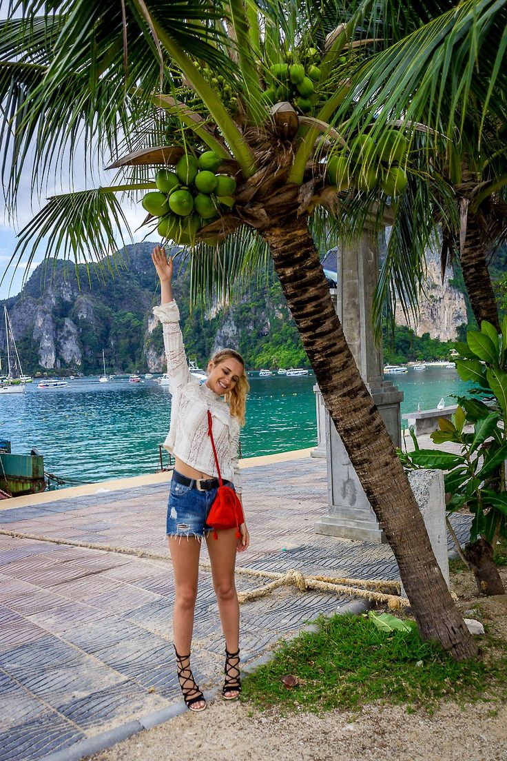 wearing mom shorts knitted top red bag holiday style fashion blonde bloger girl ootd boho style vogue