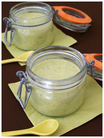 Voici une recette facile et rapide de soupe de légumes : un velouté de courgettes et fromage de type Kiri, avec du thym et du parmesan.