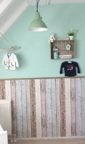 Ideeën voor kinderkamer op zolder | Babykamer met echt hout & stijgerhout behang gecombineerd. Door Anneliesdevriendt