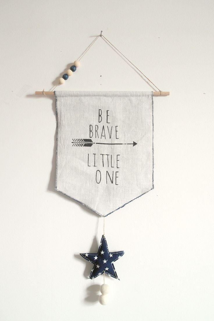 """""""Be brave little one"""" - Fanion en lin et tissu marine étoiles blanches pour les petits indiens en herbe : Décoration pour enfants par 3-pommes-dans-un-panier"""