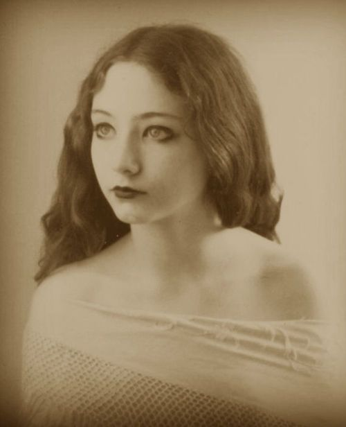 liquidnight: Lillian Gish Photographer unknown [via Chateau Thombeau]