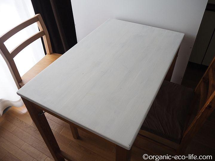 自転車ラック用の柱をペイントするのに使ったバターミルクペイントで、台所に置いているテーブルを白く塗りました。このテーブルは、無印良品で買った折りたたみのテーブルです。白木の家具が好きなので、手頃な値段のパイン材のテーブルを買いました。ずっと使っているので、折りたたんだことは一度もありません。