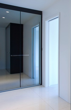 Private apartment by T18, hallway with a Poliform wardrobe _