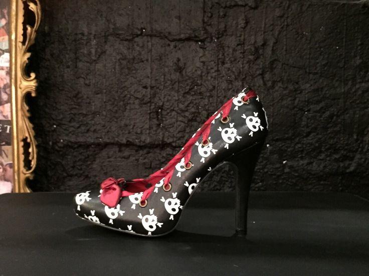 Decolleté nera con fantasia a teschi bianchi e neri e con interno e fiocco rosso.  #Roma #shopping #bcomebellezza #fashion #scarpe