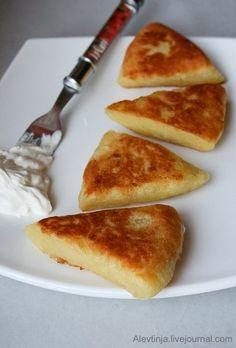 Ирландские сконы по вкусу напоминают наши пирожки с картошкой. В них можно добавить зелень, жареный лук, бекон, а можно сделать только из картошки.