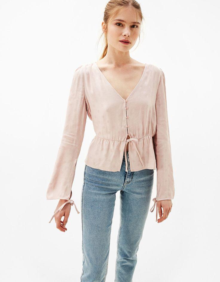 Satijnen blouse met verstelbare taille en strikken. Ontdek dit en nog véel meer kledingstukken in Bershka met elke week nieuwe producten.