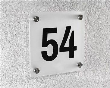 Husnummerskilt i akryl med metallknotter.
