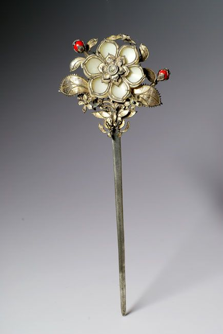 Chinese hairpin with jade petals and red coral buds. The metal was probably inlaid with kingfisher feathers, but they disapperead with the time. Qing dynasty (1644-1911). Width : 2 1/2 inch Height : 6 1/2 inch Depth : 3/8 inch.