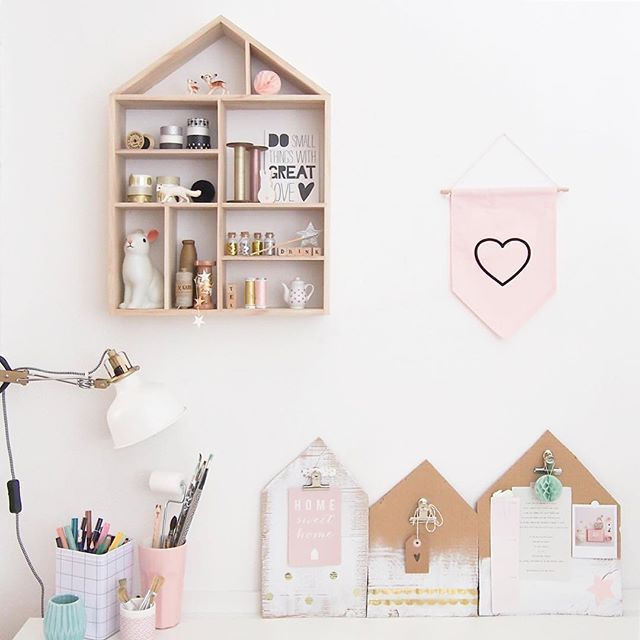 In my mini workshop ✂️💕 (More details in my story!) . . . #happyplace for a #workinprogress ! • Bannière @summerboyfriendshop & houseboards en carton customisées •  #workshop #charlotteandtheteapot #charlotteandtheteapotoffice #DIY #summerboyfriend