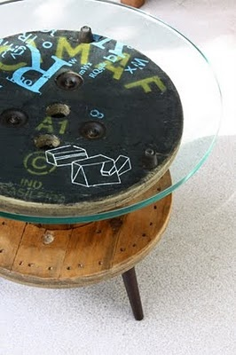 Mesa hecha con bobina reutilizada