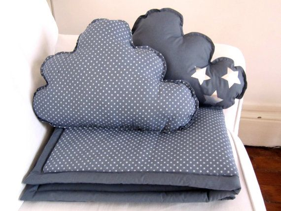 Plaid et coussins nuage gris étoiles - Blanket and Pillows grey with white stars.