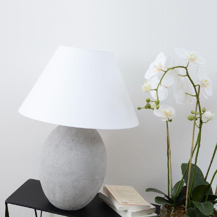 Ideal lámpara de mesa con un pie fabricado en cemento. Original y elegante. http://elhogarideal.com/es/iluminacion/1075-lampara-de-lectura-natural.html#.ViXzW_nhC1s