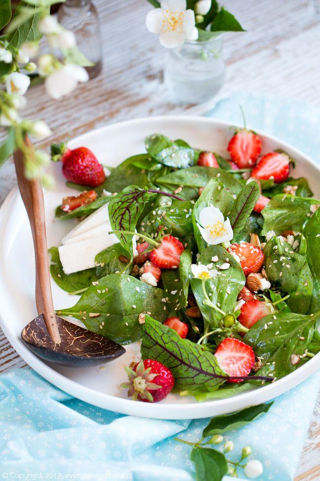 Sałatka ze szpinakiem, truskawkami i sezamem, spinach, strawberry and sesame salad  #sałatka #salad #truskawki #strawberry #szpinak #spinach