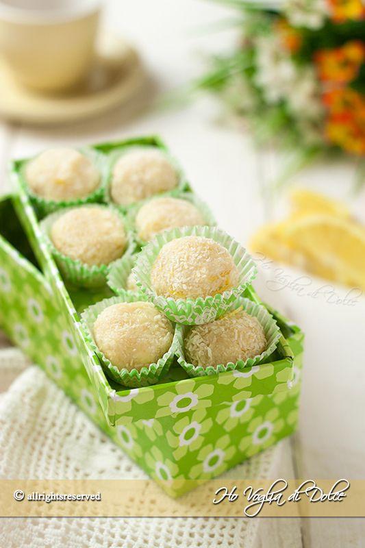 Tartufi al cioccolato bianco, cocco e limone, ricetta facile e veloce. Dolcetti senza forno, cremosi, golosi e dal sapore fresco di limone e cocco.