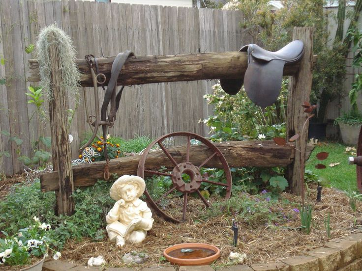 Love this western themed flower bed.