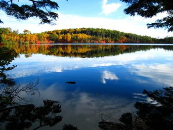 天空を映し、紅葉に染まる「白駒池」