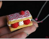 Collier part de mille feuilles framboise chantilly gourmand ♥ pate polymere fimo : Collier par lilycherry Necklace cake cream fruit raspberries polymer clay fimo