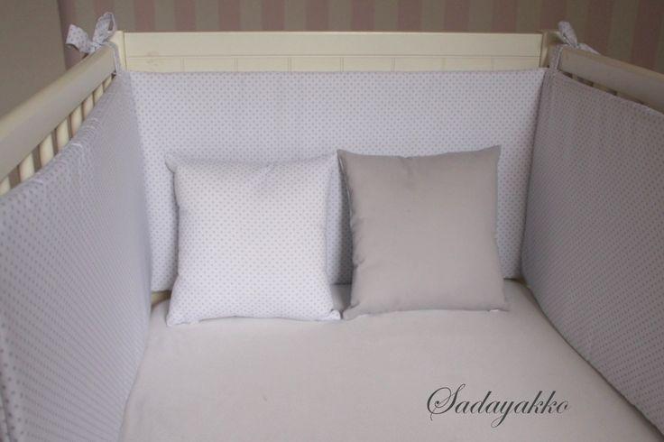 Ya puedes decorar la habitación del bebé de la forma más elegante y dulce. Con nuestros protectores para cuna (chichoneras) de 60 o de 70cm, los cojines reversibles de 30x30cm o 25x40cm y los arrul...