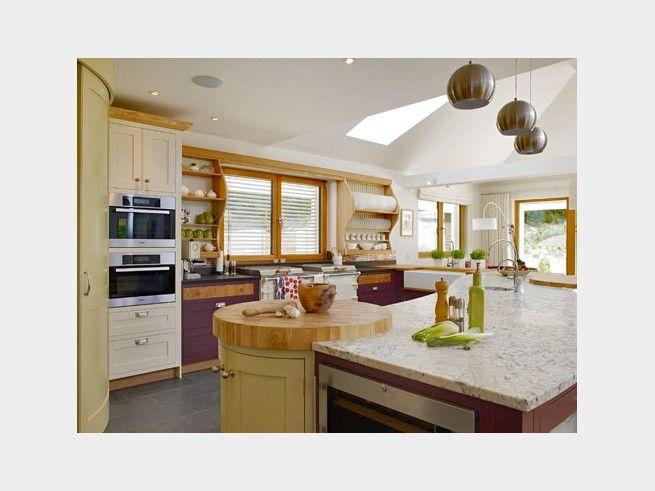 Simple Landhaus K che in zarten und kr ftigen T nen Gro e Fenster lassen viel Licht in den
