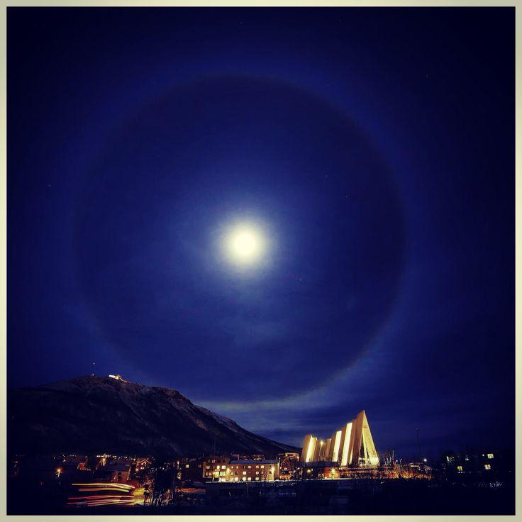Flott Halo rundt fullmånen over Ishavskatedralen i Tromsø.