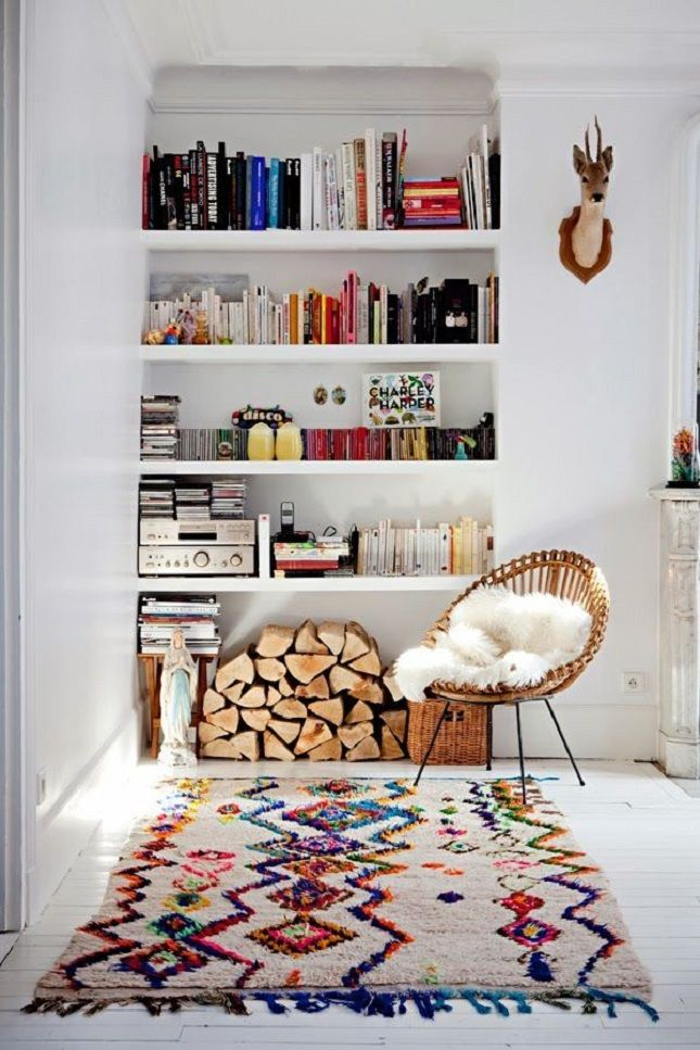 #InteriorInspiration: This statement #rug screams WOW! Teamed with white walls and a colourful bookshelf! We're in #love
