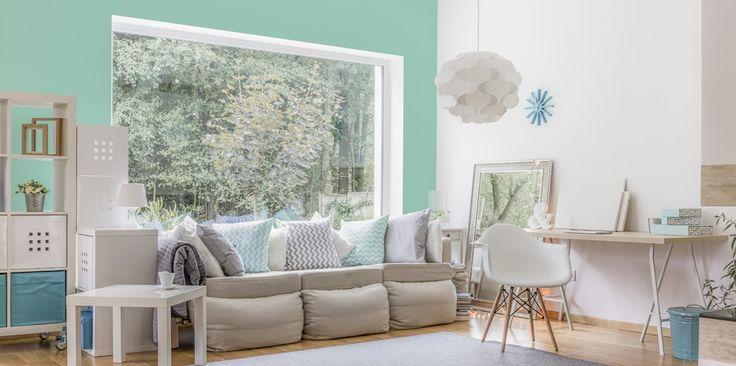 Neutralne odcienie – delikatna zieleń i złamana biel oraz mnóstwo uroczych dodatków to najlepszy przepis na stylowy salon. Utrzymany w lekkiej tonacji design koi zmysły i tworzy przytulną, domową atmosferę.