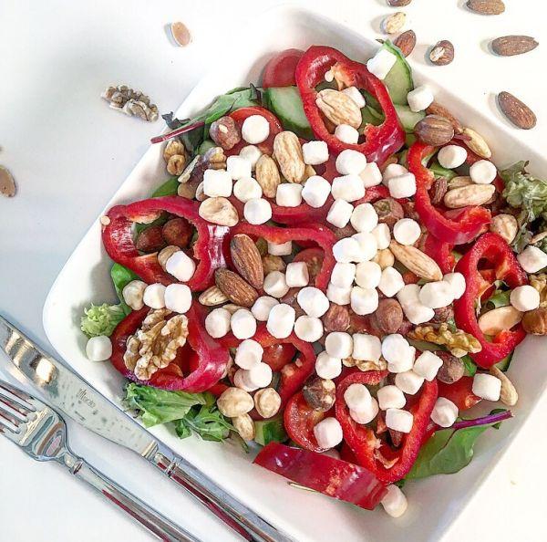 Gisteren maakte ik in mijn pauze op het werk deze Super Snelle Simpele Salade. Zo gemaakt en heel erg voedzaam. Hieronder lees je wat je nodig hebt. Wat heb je nodig? – zakje gemengde sla &#8…