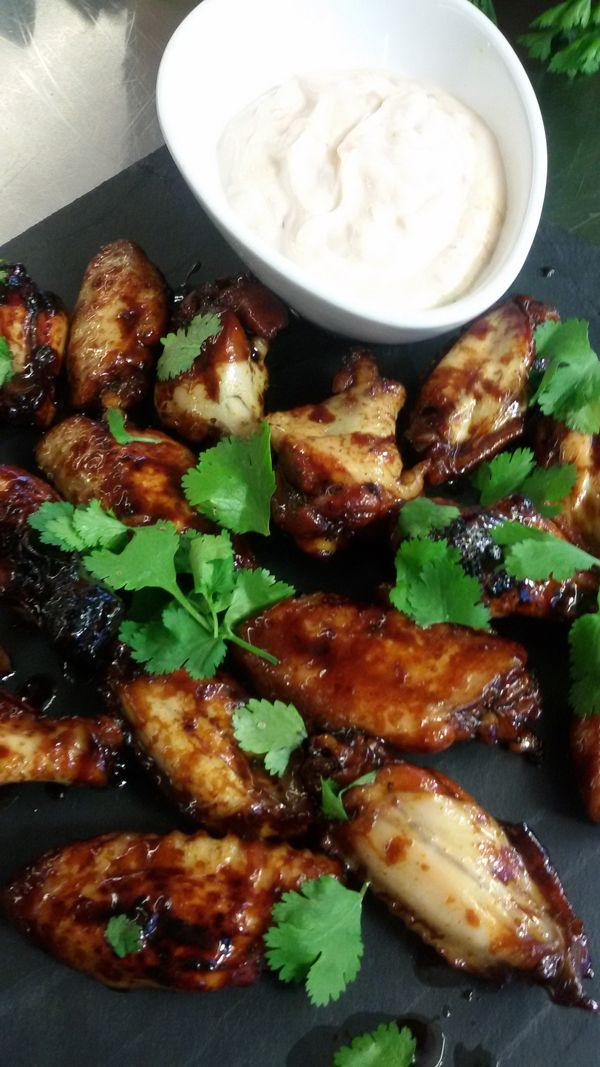 Με άρωμα και γεύση ανατολής οι πικάντικες αυτές φτερούγες κοτόπουλου είναι ιδανικό συνοδευτικό για μπίρα και κρασί, ενθουσιάζοντας τους πάντες με τη νοστιμιά τους.